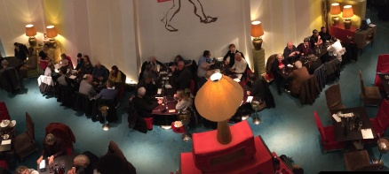 02. A 18h58 un petit groupe de vélocipédistes se retrouve pour dîner au théâtre du Rond-Point, ex Panorama National