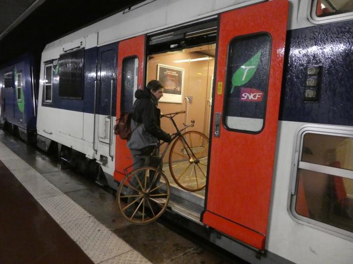 03. Dimanche 10, aux aurores, Dominique Lefebvre utilise un moyen de transport peu commun pour son vélocipède