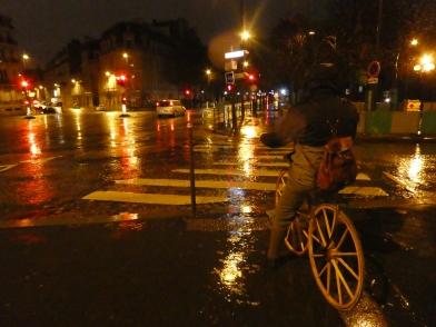 04. A l'extérieur tout n'est que pluie et vent mais il en faut plus pour décourager un vélocipédiste