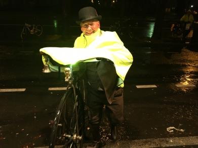 """06. Stuart Mason-Elliott arrive à vélocipède sous un déluge mais avec le sourire, c'est """"jeust un peu de plouie"""" pour ce sujet britannique habitué aux intempéries"""