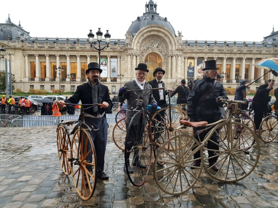 14. Les vélocipédistes prennent position sur le parvis du Grand Palais, face au Petit Palais