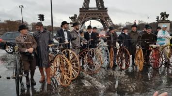 24. 10h00 Les pieds dans l'eau devant la Tour Eiffel qui n'était pas encore construite en 1867