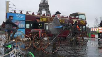 """27. """"En veloce !!! en veloce !!!"""" Les vélocipédistes mettent le cap sur la porte de Saint Cloud"""