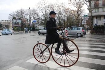 29. Amaury de La Bouillerie dont vous pouvez admirer le port aristocratique sur le vélocipède contruit par son ancêtre