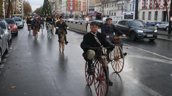 31. Le peloton progresse dans Boulogne-Billancourt, Guy Frosio fait le train devant Dominique Lefebvre et Guy Gaudy