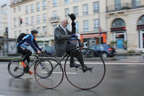 33. 150 ans de progrés techniques en une image, Alain Cuvier tire son chapeau aux inventeurs du vélocipède