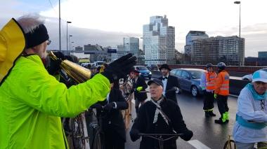 """34. 10h45 Arrêt sur le Pont de Sèvres (altitude 26 mètres) pour un commentaire historique de Francis Robin sous la protection des """"staffeurs"""" de Paris Rando Vélo"""