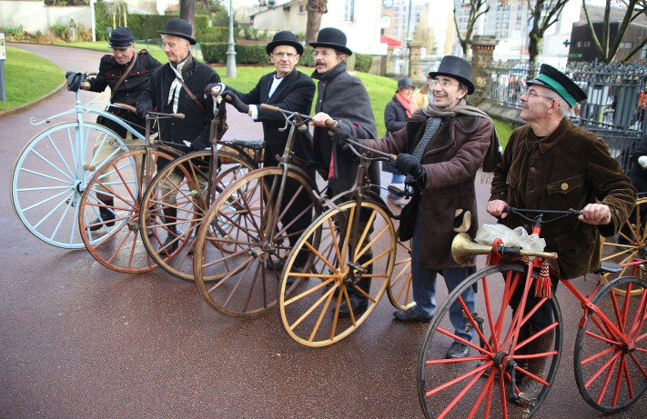 44. A l'entrée du parc, une belle brochette de vélocipédistes, Gilles Tamagne, Guy Frosio, Alain Cigana, Marco Lebreton, Frédéric Bobay et Jean-Paul Tournereau