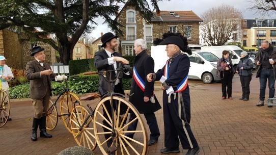 45. Hervé Lièvre, 1er adjoint au maire, et George Courot (alias Jacques Rivier), maire de 1867, accueillent Robin Renard et Guy Gaudy
