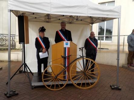 48. Hervé Lièvre souhaite la bienvenue aux vélocipédistes, entouré par George Courot-Rivier et Hubert Panissal