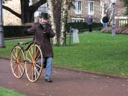 """58. Frédéric Bobay chouchoute son vélocipède à corps cintré, dit """"serpentine"""", le plus ancien de tous (1867), tout droit sorti d'un musée"""