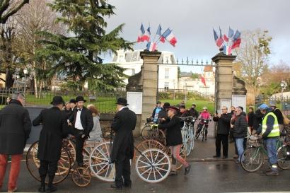 59. Il est 12h00, l'heure de foncer vers le château de Versailles où les vélocipédistes sont attendus à ... 12h00
