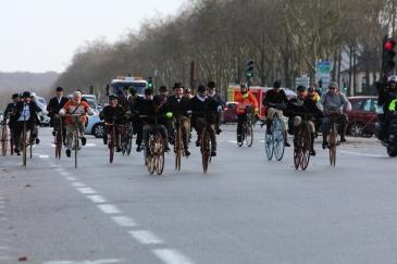 61. Avenue de Paris, le château est maintenant en perspective, la nervosité gagne le peloton