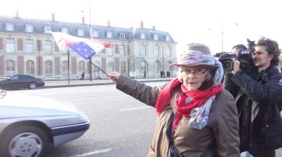 65. Brigitte Olivier s'apprète sur la ligne d'arrivée. Le cameraman de TF1 ajuste la mise au point et ...