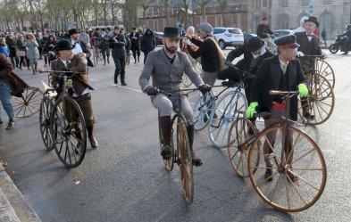 66. 13h00 L'arrivée a lieu dans la joie et la confusion générale, vélocipédistes et spectateurs mélés, impossible de déterminer le nom du gagnant, comme en 1867