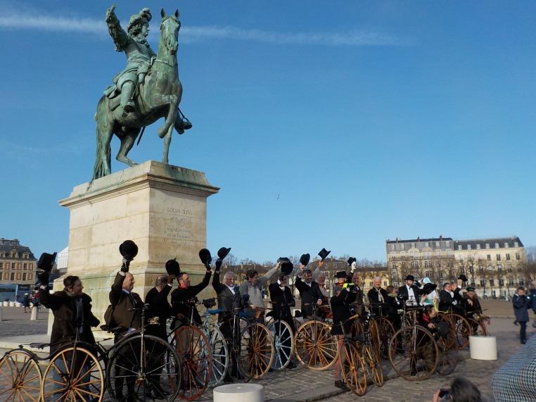 68. Même Louis XIV lève le bras pour saluer le succés des vélocipédistes