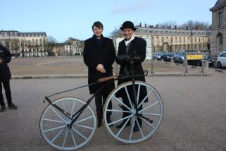72. François de Mazières, maire de Versailles, admire le vélocipède de Bruno Guasconi. Pourra-t-il résister longtemps ... ?