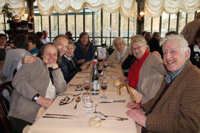 """85. Tout le monde a le sourire à la table """"Compagnie Parisienne"""""""